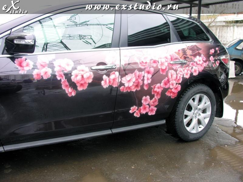 Наклейка фиолетовый цветок на машинах что это
