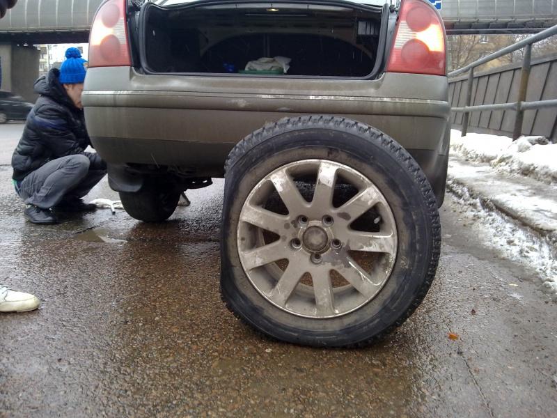 Попал в яму пробил колесо что делать